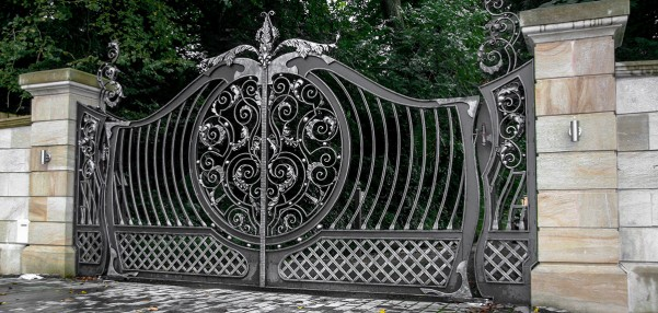 Fierul forjat, un material extrem de rezistent, potrivit pentru garduri sau piese de mobilier